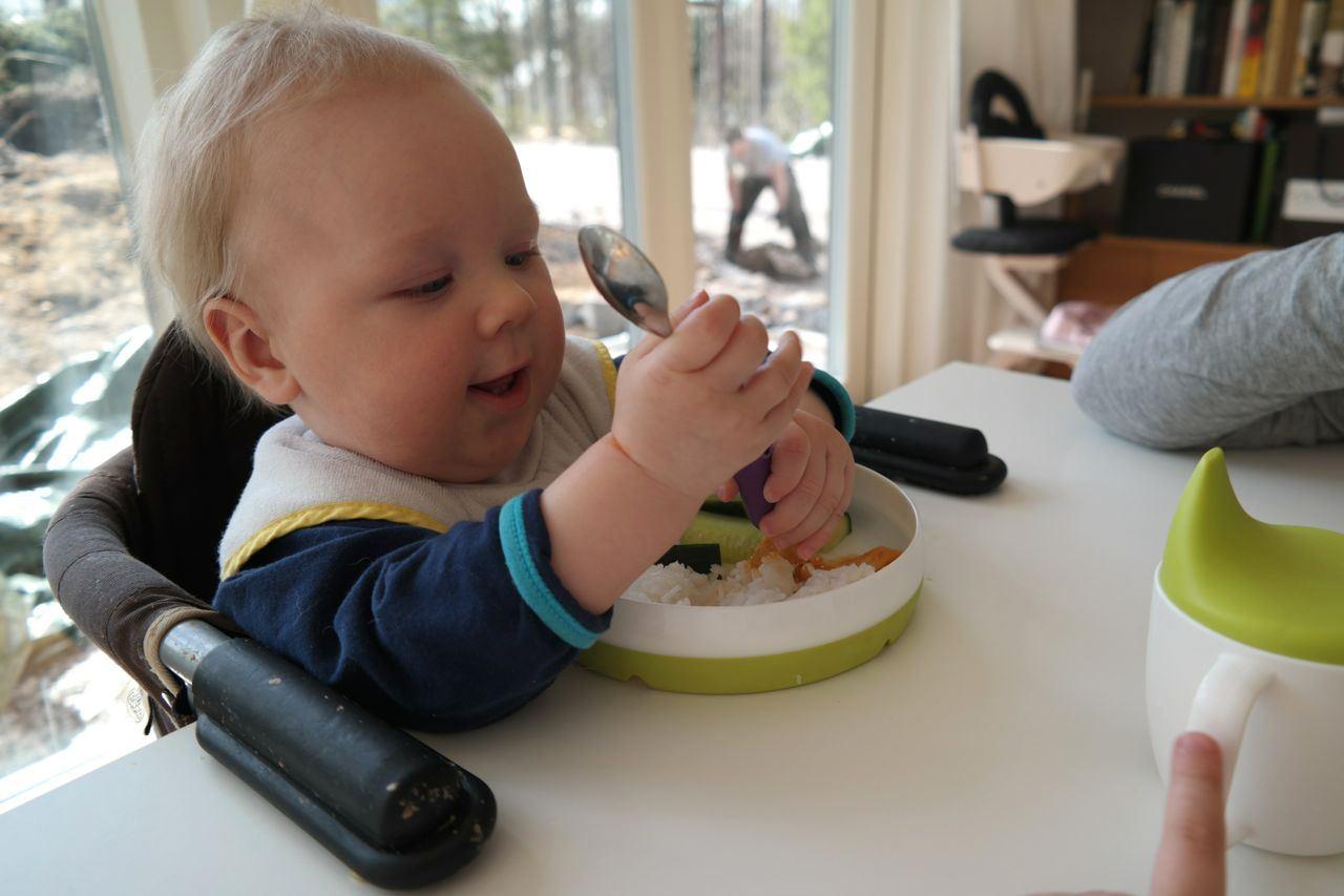 heh, bongaa kuvasta ahkera isi kun muut syö sisällä ;)