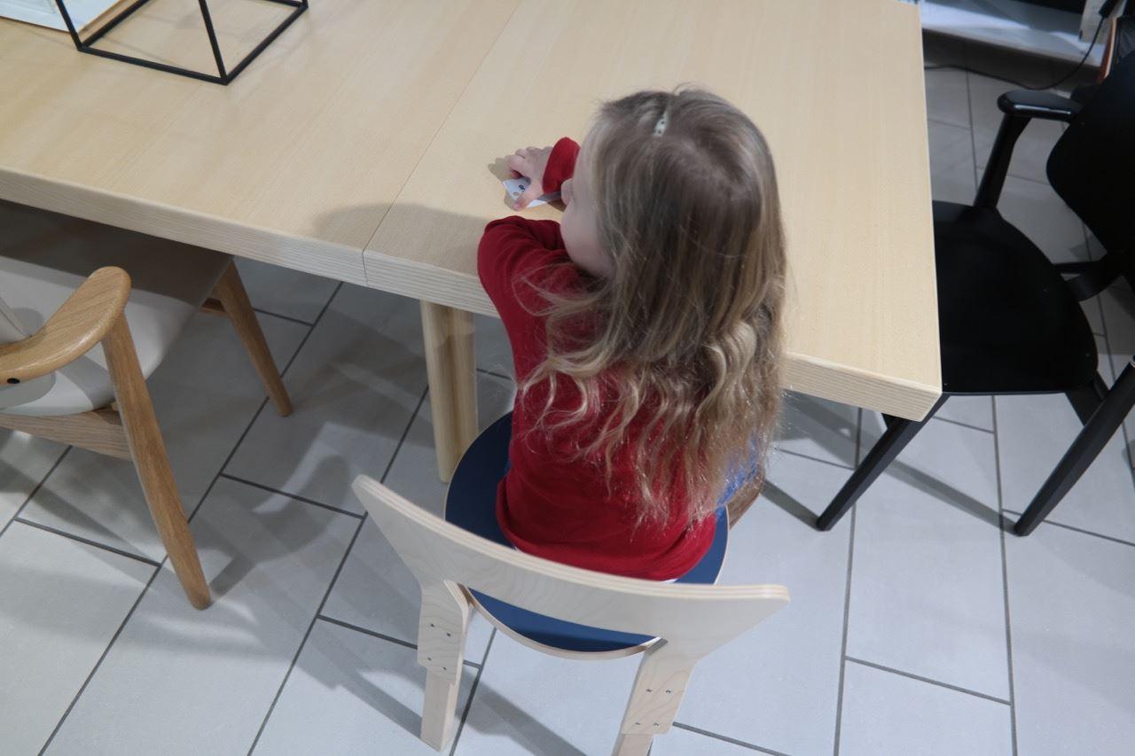 Vasemmalla näkyvässä tuolissa on tammirunko, joten se on meidän pöydän sävy.